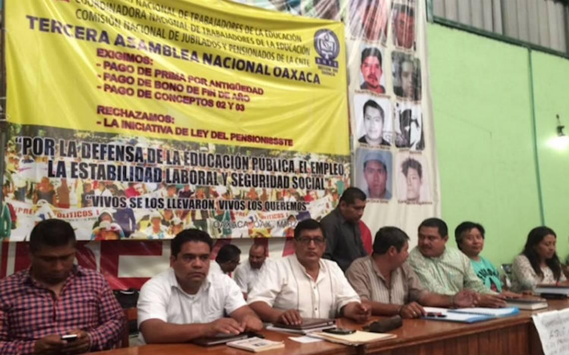 Maestros de la CNTE acuerdan protestar durante el sexto informe de gobierno