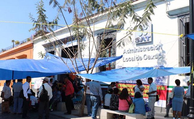 Jubilados de Oaxaca mantienen protestas en el SAT