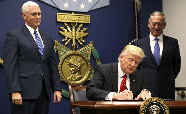Trump firma orden para reconstruir a las Fuerzas Armadas de EU