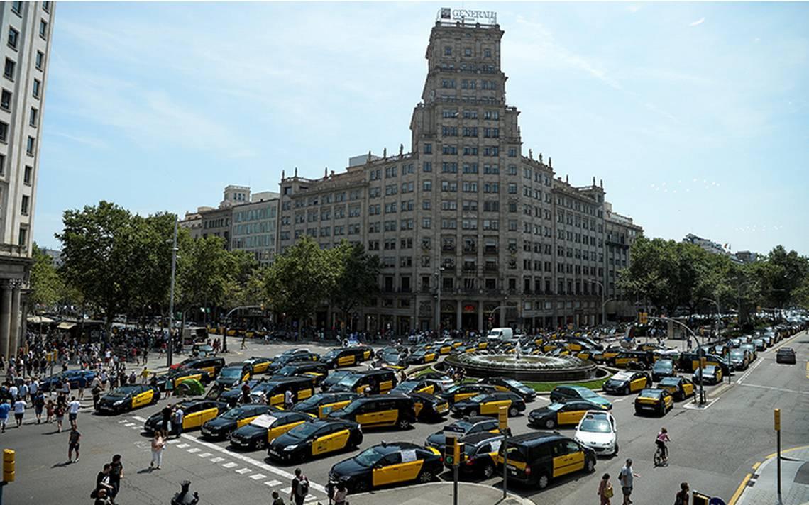 """Taxistas españoles """"chocan"""" contra Uber y Cabify; mantienen huelga"""