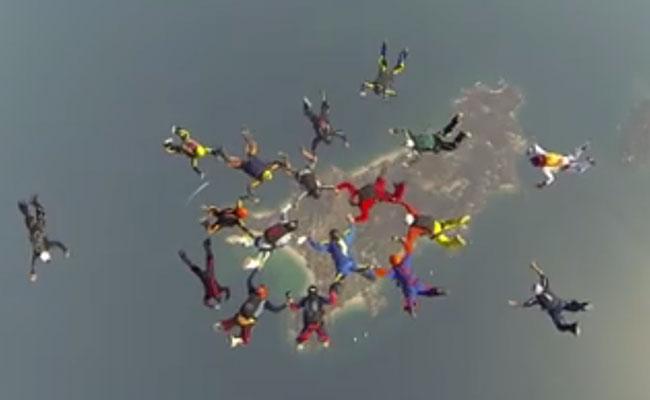 Paracaidistas logran récord de salto en conjunto, tras muerte de mexicano