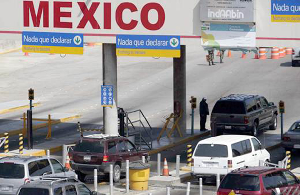 Cruzar la frontera y el riesgo de no regresar es el dilema de millones