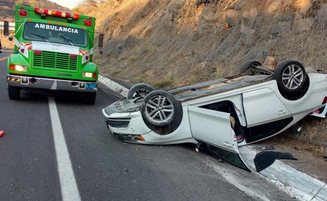 Volcadura en autopista Siglo XXI no deja víctimas