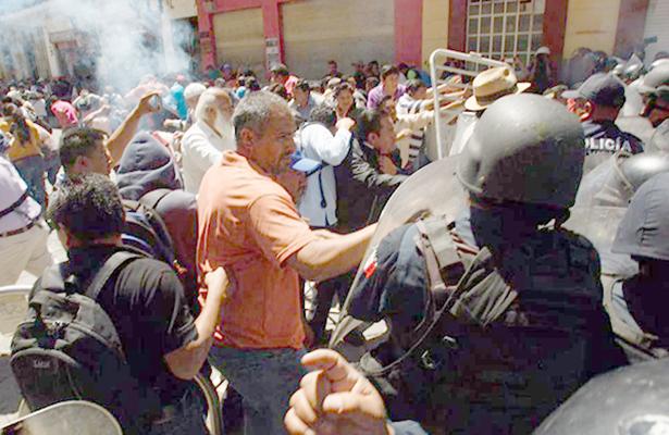 Irrumpen normalistas audiencia del Gobierno de Oaxaca