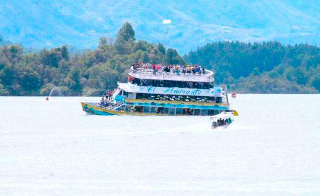 [Video] Embarcación se hunde con 170 turistas en represa de Colombia