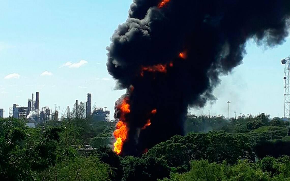 Se incendian cuatro pipas cerca de refinería en Tamaulipas