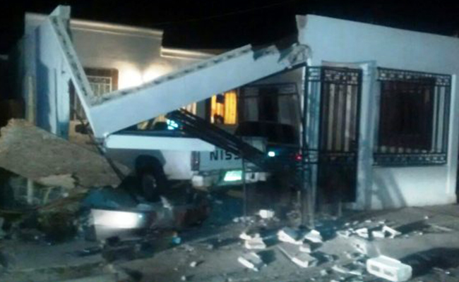 Se impacta vehículo y destruye casa en Hermosillo