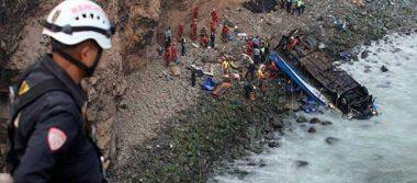 Autobús de pasajeros cae a un abismo en Perú; hay 36 muertos