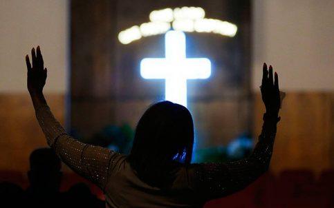 Rezan por Aretha Franklin en iglesia de Detroit donde su padre fue pastor