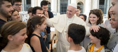 Papa celebra su santo regalando helados a pobres y sin techo