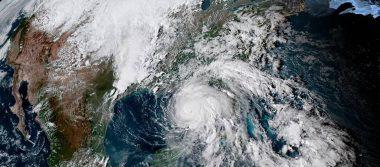 """[Video] Reportero lucha para no ser arrastrado por viento del huracán """"Michael"""""""