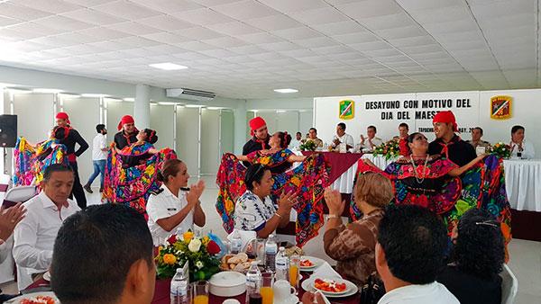 Festejan a maestros en la trigésima sexta zona militar