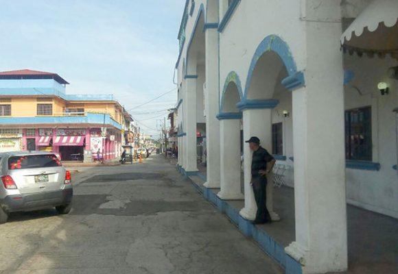 Tras negociaciones manifestantes se retiran del palacio de Huixtla.