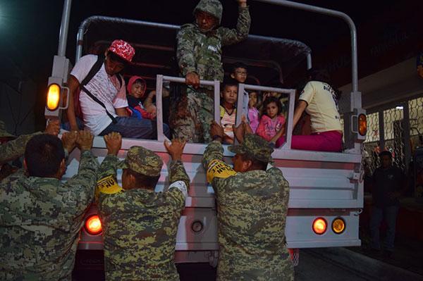 CIENTOS de pobladores fueron evacuados ante la amenaza de oleaje fuerte en las costas del litoral chiapaneco. (Fotografía: Eduardo Torres)