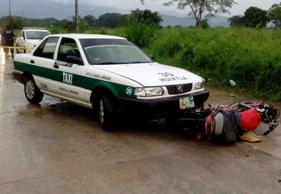 Dos lesionados al chocar motocicleta contra taxi