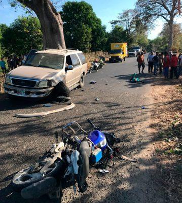 Choca camioneta contra motocicleta