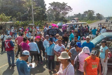 Padres de familia bloquen carretera  fronteriza de México-Guatemala