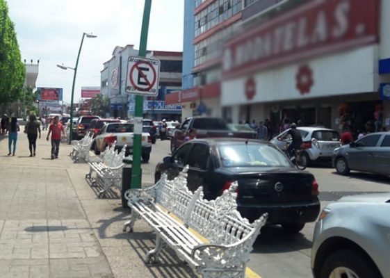Tapachultecos se estacionan en lugar prohibido