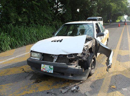 Taxi se estrelló contra camioneta