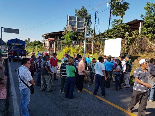 Bloquean comuneros carretera federal hacia Unión Juárez