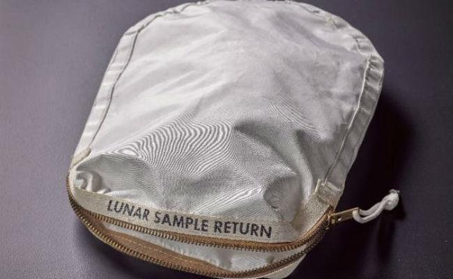 Venden la bolsa con polvo lunar de Neil Armstrong por 1.8 mdd