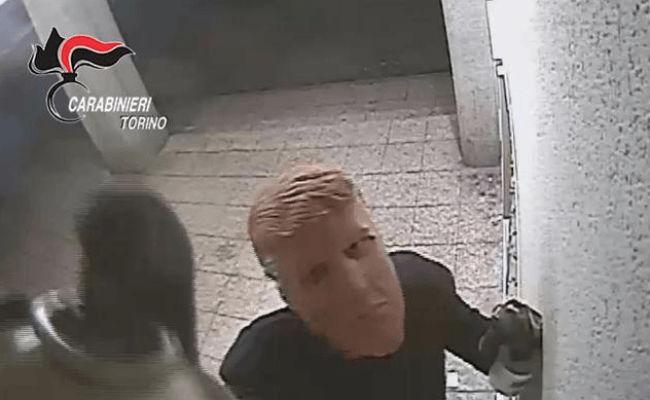 Con máscaras de Donald Trump, dos hermanos robaban cajeros en Italia