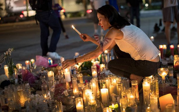 Amantes de música country se reúnen en Las Vegas para rendir homenaje a víctimas por tiroteo
