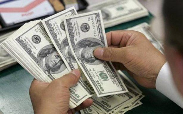 Promedia el dólar en 18.00 pesos a la venta en el aeropuerto capitalino