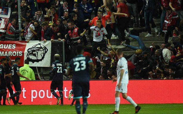 Así se desplomó la grada con aficionados del Lille al festejar un gol
