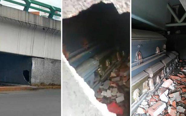 """¡Qué susto! Peatones encuentran ataúdes """"escondidos"""" bajo puente vehicular en el Edomex"""