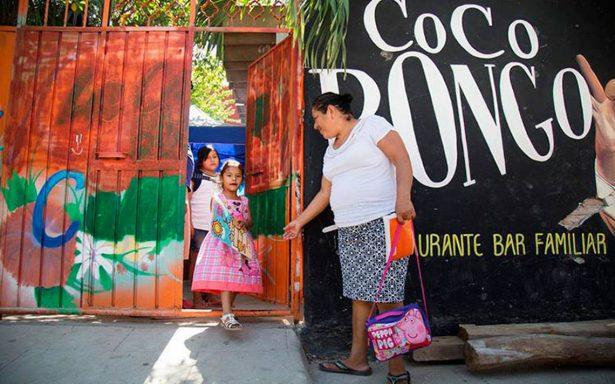 De noche es un bar y de mañana, una escuela para niños afectados por sismo