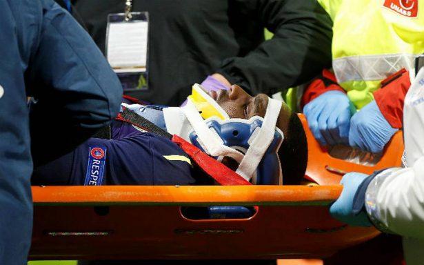 Tras violenta caída, Jugador del Everton sale inconsciente del campo
