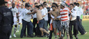 Trifulca e invasión en la cancha opaca duelo entre Jaguares y Santos