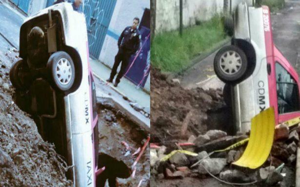 Taxista cae en socavón en la Álvaro Obregón