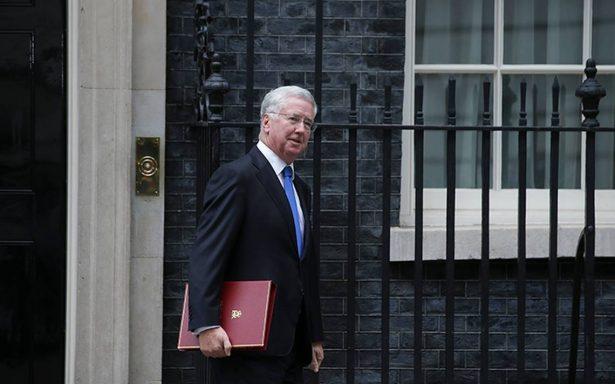 Ministro de Defensa británico renuncia tras admitir acoso a reportera