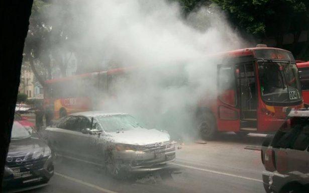Se incendia Metrobús en avenida de los Insurgentes; no hay lesionados