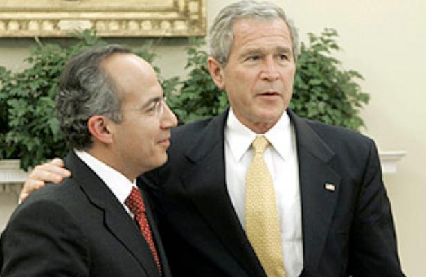 """Foto de Associated Press, 2006. """"Bush y Calderón acuerdan trabajar para frenar la inmigración ilegal de México a EEUU""""."""