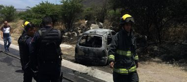 Auto termina totalmente quemado tras una falla mecánica