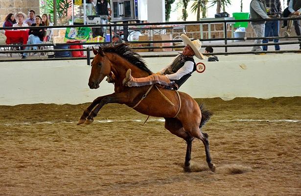 """Las buenas ejecuciones en cada una de las suertes, han sido constantes en el Torneo Charro de Feria en Nopala, Hidalgo donde los queretanos Tres Ases """"Villa Oro"""" son líderes."""