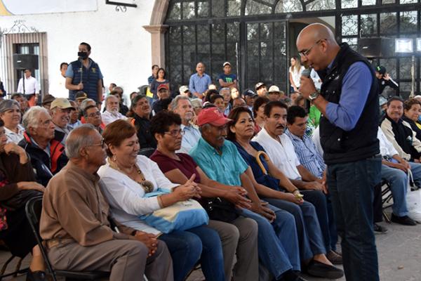 Marcos Jala parejo con los colonos de Carrillo Puerto