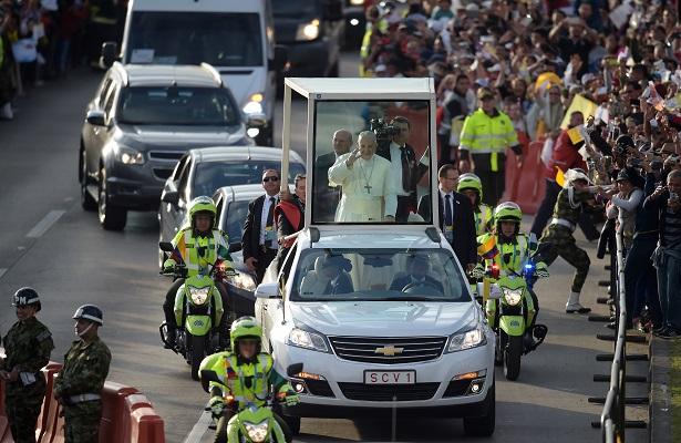 Papa Francisco llega a Colombia en visita pastoral