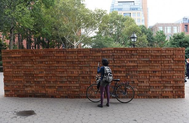 Un muro mexicano construido y destruido en Nueva York