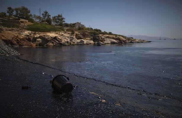 Grecia intenta contener la contaminación de petrolero naufragado cerca de Atenas.