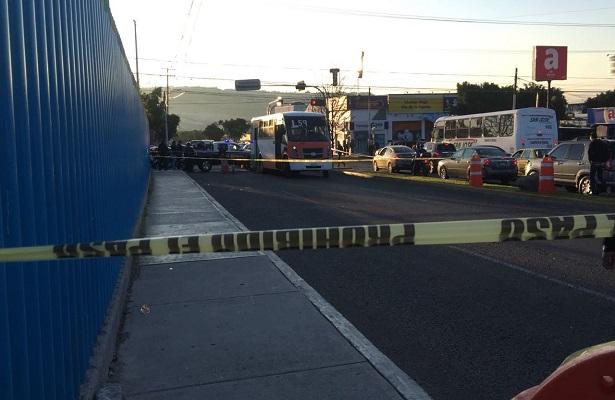 Mujer muere bajo las llantas de un camión