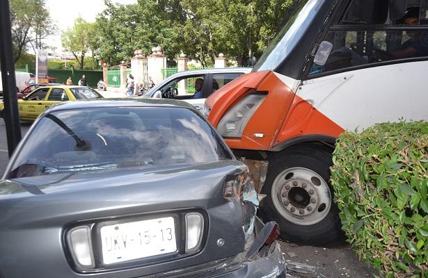 Camión arrastró a dos vehículos