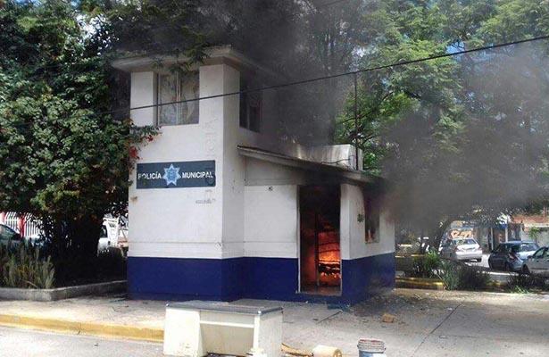 Un módulo de policía ardió en llamas luego de artero ataque por parte de un comando armado.