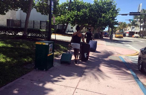 Turistas y residentes huyen de Miami Beach
