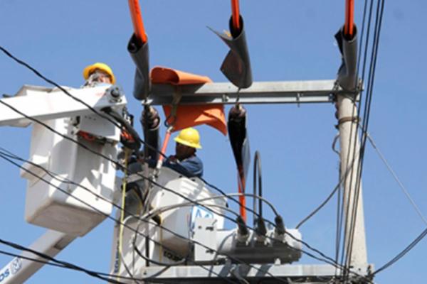 CFE trabaja para restablecer energía eléctrica en Juchitán