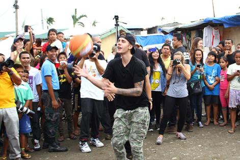 """Para Justin Bieber, """"la verdadera felicidad"""" está en momentos solidarios como el que vivió en Filipinas. Foto: Str (EFE)."""