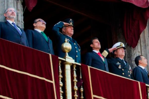 Preside Peña desfile militar desde el balcón de Palacio Nacional
